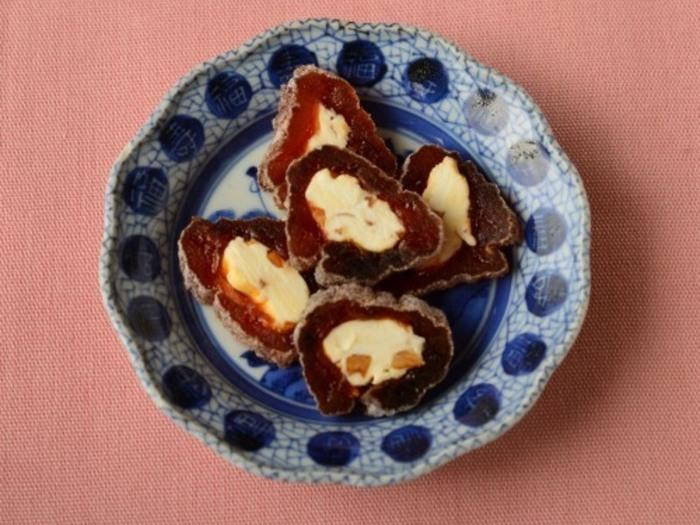 干し柿に刻んだアーモンドを混ぜたクリームチーズを詰めてカットする洋風おつまみは、お茶うけとしても活躍してくれそう。