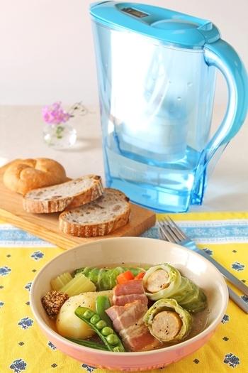 ちょっとコツのいるロールキャベツも、お肉をソーセージにすればとっても簡単。ポトフのように野菜もたくさん入れるので、食べごたえ抜群です。粒マスタードをつけて召し上がれ!