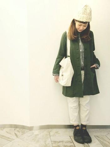 白ベースですが、濃いめグリーンや黒で引き締まった印象に。アーガイル柄ソックスも合いますね♪