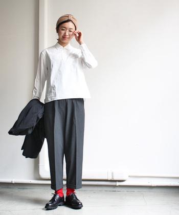 YAECAヤエカ・・・「必然的にシンプル」なデザインを形にしたブランドです。作り出すことのなかでの一過性ではない、スタンダードな日常着としての役割を意識したものづくりを続けています。  無地シャツ×タックテーパードスラックスに挿し色のレッドが冴えた着こなしが魅力的。