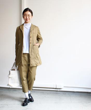 春先の肌寒い時期まで、長いシーズン着用できるチェスターコート。同素材のパンツとのセットアップスタイルもおすすめです。