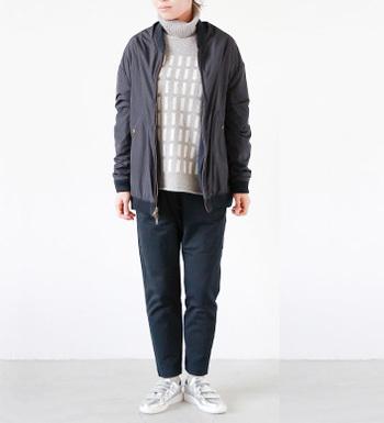 シンプルなデザインで、キレイ目にもカジュアルにも着ていただける着こなし上手の一枚。