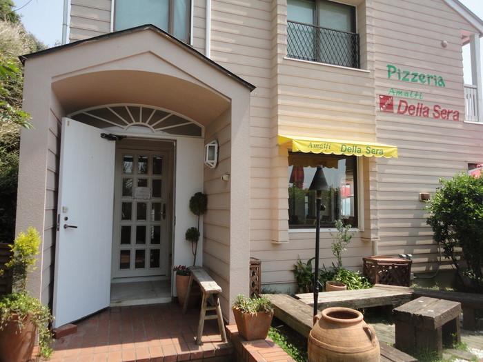 江ノ島電鉄 七里ヶ浜駅 徒歩5分。外観はイタリアンレストランらしく、柔らかで優しい雰囲気です。