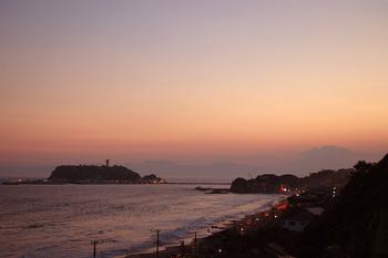 湘南に沈む夕陽はまさに絶景。今の季節は空気が澄んでいるので、富士山まで綺麗に見ることが出来る日も多いです。