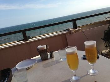 目の前に広がる水平線を眺めながら、昼間から乾杯…もいいかもしれませんね♪
