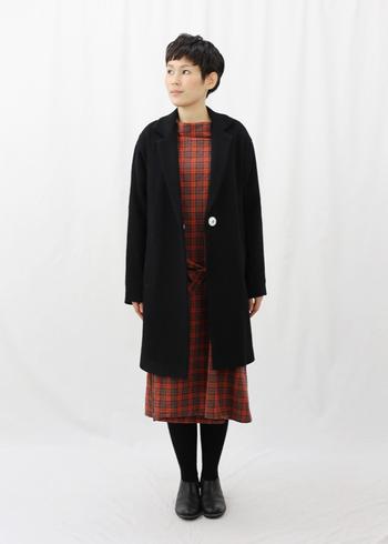 すっきりとした大人っぽいシルエットのテーラードコート。きれいめから大人カジュアルまで幅広い着こなしに合わせやすい1着です。