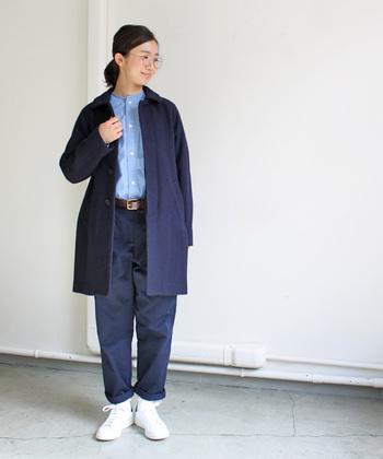 スタンダードな日常着を提案しているYAECA(ヤエカ)のステンカラーコート。ラグランスリーブでややゆったりとしたシルエットが動きやすい1着です。