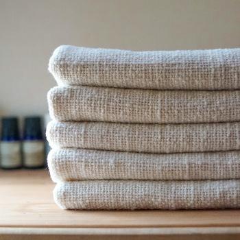安心の定番『和紡健康タオル』  拭いたり、洗ったり、巻いたり、日常のさまざまなシーンで使える便利なタオル。吸水力高く肌ざわりも良く、使い心地バツグン。かさ張らないから持ち運びにも便利。一枚は持っておきたい定番のタオルです。