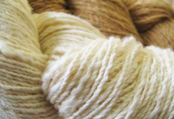 「手つむぎ」とは、その名の通り機械ではなく糸車を使い人の手で糸を紡ぐ手法。 機械で紡いだ糸は均一に仕上がりますが、手つむぎ糸は「より」が柔らかく、人の手加減によって調整するので、太さにむらが生じます。