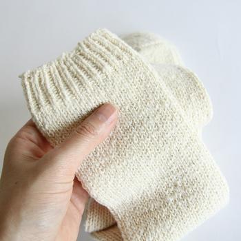 機械織りにはなく、手つむぎだからこそ感じられる不規則性とふわふわとした感覚が気持ちいい靴下です。