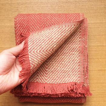 規則的な織り模様が作り出す、裏と表で異なる色合いも楽しみたいですね♡