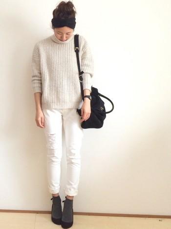 どんなスタイルにも合うグレーは、はずせない人気カラーです。白のワントーンコーデの足元をお洒落にきめてくれます。