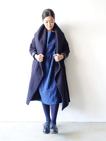 モッサウールの衿元にボリュームのある暖かなコート。ネイビーのワントーンで素材の違いを楽しむのも素敵です。