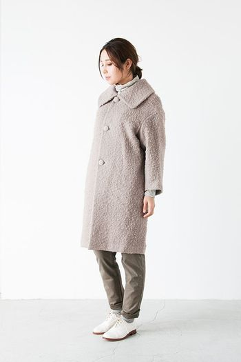 クルンとクセ毛にも似た毛足がもこもこしたコクーンシルエットのコート。ワントーンカラーで、品の良い大人女子にぴったりなコーディネートです。
