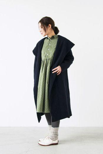 ビックカラーがトレンド感のあるコートは、ウールフェルトニット製で、やわらかく、すっぽり体を包み込んでくれます。可愛らしいワンピースと合わせて、大人ガーリーなスタイルにもマッチします。