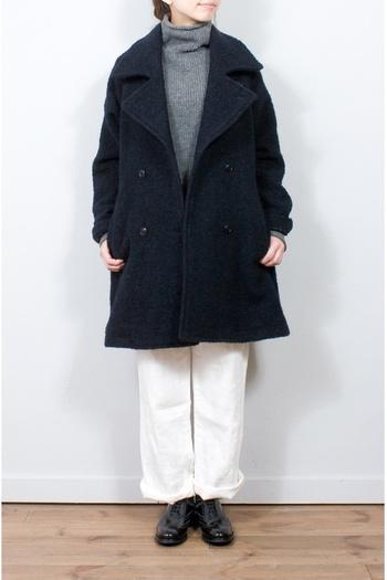 nest Robe(ネストローブ) 別注の素材で丁寧に紡がれたクラシカルなコート。ルーズな衿元とリラックスシルエットが魅力的な1枚です。年齢を問わず着こなせそうですね。
