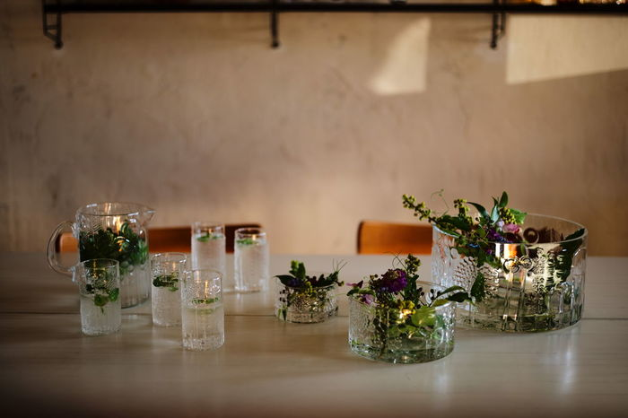 オイバ・トイッカ氏が手がけた草花柄のグラスウェア「 flora(フローラ)」。1966年の誕生から25年もの間フィンランドのヌータヤルヴィガラス工場で作られ、廃盤となってからも世界中の人々に愛され続けてきた名作です。scope(スコープ)が、当時と同じマウスブローの製法にこだわり、iittala(イッタラ)に別注して復刻しました。