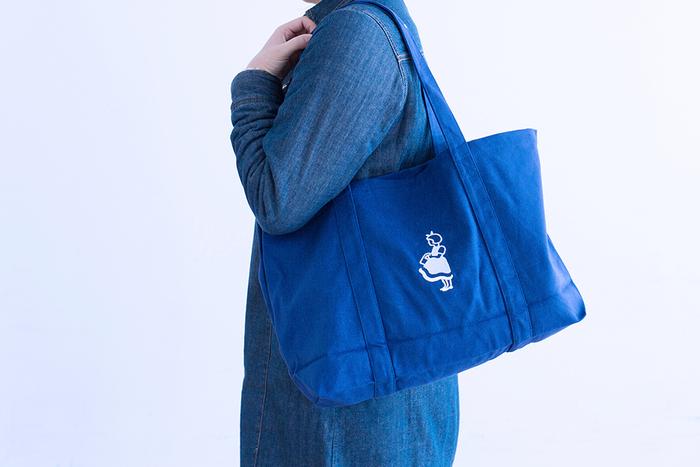 デンマークで人気のスーパーマーケット「Irma(イヤマ)」のオリジナルトートバッグ。たっぷりサイズのブルーのキャンバス地バッグの両面に、スーパーのキャラクターである可愛いイヤマちゃんが刺繍されています。一旦生産終了となったものの、2012年に復活しました。小さくたたむこともできるので、毎日のお出かけのお供にぴったりです。