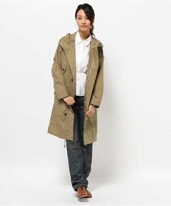 永遠の憧れMARGARET HOWELL(マーガレット・ハウエル)のディテールの凝ったモッズコートです。シンプルなアイテムにさらっと羽織ってタウンユースにもクールな1枚です。