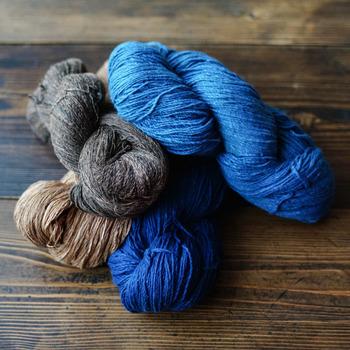 手つむぎ糸の太さが均一でないため、染色をした場合に色むらが出ます。自然が作り出す独特のグラデーションを楽しみたいですね。