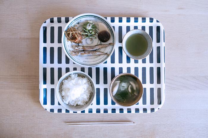 Lサイズは、キッチンから食卓へとお料理を運んだり、カフェごはんのように一人分の食事をセットするのにもちょうどよい大きさです。和食器や日本らしい食事にもとてもよく合います。