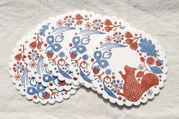 可愛らしいリスとドングリや草木が描かれた「リスの森」。模様がへこんでいる肉厚のコースターは、レタープレスという方法で印刷されています。レースの形もテーブルを華やかにしてくれそうです。