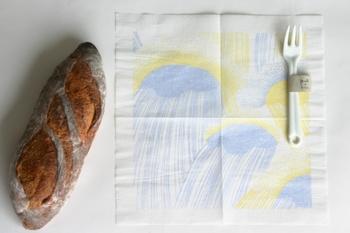 ナプキンは、繊細な模様にぴったりの薄手のつくりです。ランチョンマットのようにテーブルに広げれば、食事の時間をやさしく彩ってくれますよ。