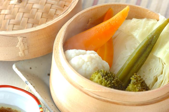 せいろで蒸した野菜を、ガーリックソースと梅ソースで頂くもの。シンプルなだけに、野菜の甘みや旨みをしっかりと味わえそうですね。