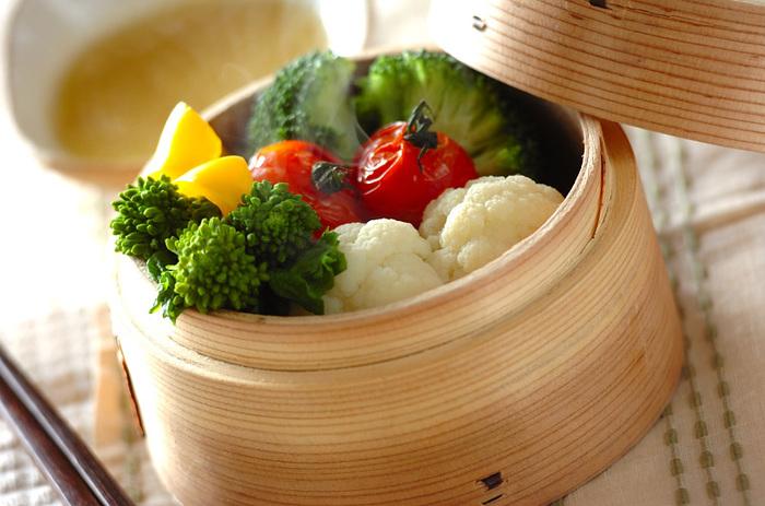 チーズソースでたっぷりと蒸し野菜を頂きます。こうしてたくさんの野菜を摂れれば、健康維持にも繋がりますね。