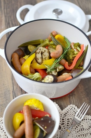 こちらは野菜とソーセージをオリーブオイルで蒸した料理です。ローズマリーも加えられていておしゃれですね。無水鍋で調理しているので、野菜の旨みがぎゅっと詰まった一品です。