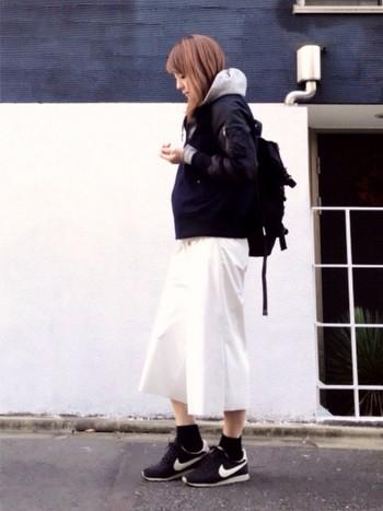 大人スポーティーなコーデでも、黒のソックスは大活躍。白いロングスカートの良さを引き出す役割も!カジュアルだけど落ち着きある雰囲気が素敵ですね。