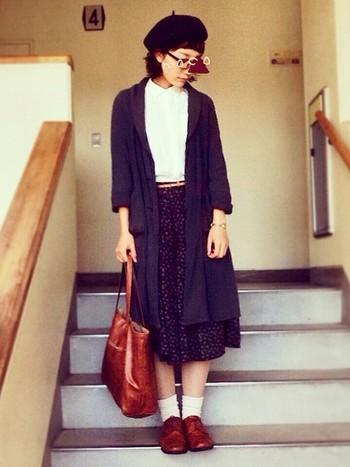 スカートスタイルには靴下を合わせて優等生チックに♪色味を全体的に抑えると大人っぽい雰囲気に仕上がります。