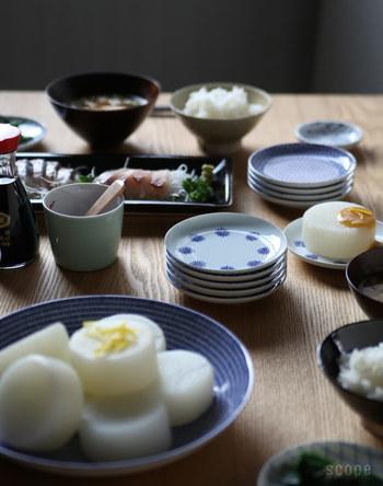 でも、お気に入りの小皿ってなかなか見つからないもの。 東屋の小皿は、日本の紋様をモチーフにしたシンプルでちょっぴり個性的な染付けが魅力。 もちろん、使い勝手の良いサイズで、綺麗に重ねる事もできる正統派。