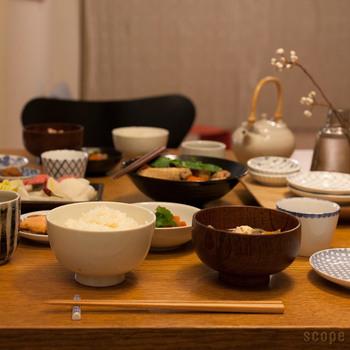 主張しすぎることなく、陶器のような個性を持ち合わせた無地のお茶碗は、お手持ちの和食器と組み合わせても違和感なく馴染んでくれるはず。