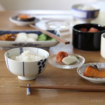 東屋のご飯茶碗は底がぽってりと丸いフォルムで、円すい型の茶碗よりもたっぷりとご飯をよそうことができます。 この形状、今ではあまり見ない形なのですが、とても使いやすいんですよ。