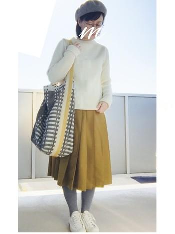 白ニットにグレー、イエローの3色コーディネート。小物・洋服がカラフルな分、めがねは細フレームでさりげなく♪