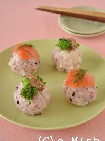 淡紅色の雑穀米の酢飯に、スモークサーモンと菜の花。春らしい彩りが素敵です。