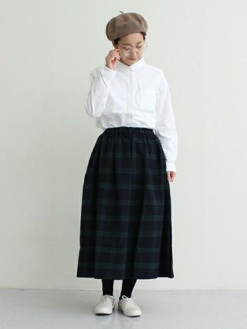 スカートは膝が隠れる丈、タイツやソックスを合わせる。この2つがほっこり可愛い優等生スタイルを作るコツですね♪
