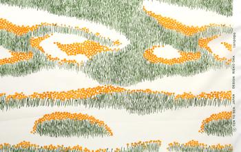 「広い大地に一面に咲くタンポポ。風が吹くとさわさわと揺れ、黄色と緑の波がたつようです。春、一瞬の風景を模様にしました。」(北の模様帖・tanpopo/dandelion)  画像提供:点と線模様製作所