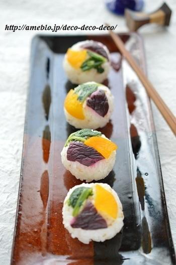 彩りのよいお漬物を組み合わせた手まり寿司。お弁当にもいいですね。