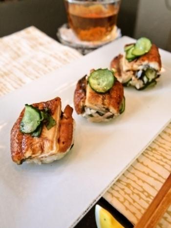 寿司飯にたっぷり混ぜた香味野菜がさっぱりとおいしいうなぎの手まり寿司。すし酢にミョウガやしょうがを漬けることで香りを移し、ほんのりピンクのすし酢になります。