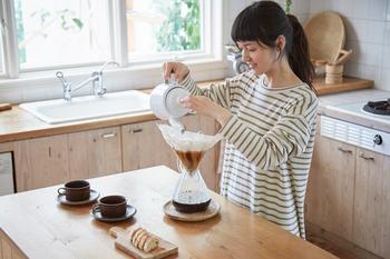 さらし木綿をコーヒーフィルターとして使うと雑味が取れて、なめらかな味わいに。ペーパーとは違った楽しみ方ができます。