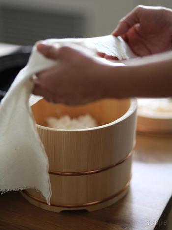 軽くしめらせたさらし木綿は、ラップの代わりになります。乾燥から防ぐだけでなく、おかずから出る余分な水分を吸収してくれたり、レンジでの使用もOKです。