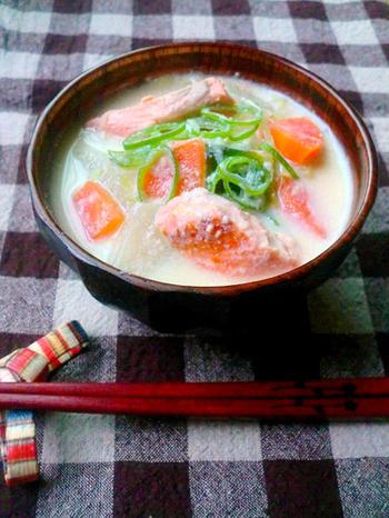 """""""鮭の豆乳味噌汁"""" 身体がほっこりとあたたまる、優しい味わいの豆乳のお味噌汁。白味噌と豆乳の相性は抜群です。"""
