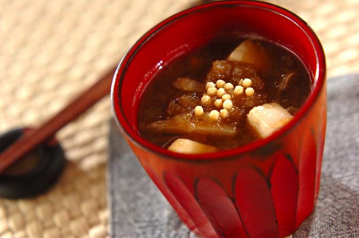 """""""ほうじ茶と大根おろしの赤だし"""" 大根おろしにはビタミンCがたっぷりと含まれ、二日酔いを和らげてくれる効果が。ほうじ茶と赤味噌の味の相性もとっても良いんです。"""