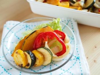 オリーブオイルで焼いて甘みの増した野菜を、白ワインビネガー(なければ酢)、塩、はちみつで和えるさっぱりとした一品。これなら野菜もたくさん食べられそうです。