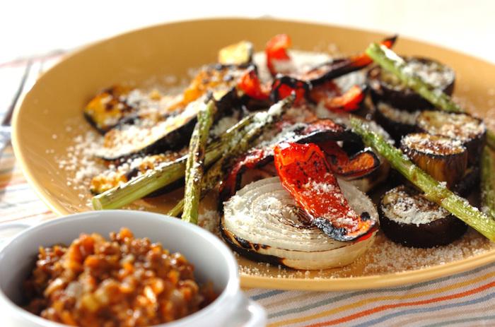 こちらはソースに一工夫をしたものです。いつものミートソースにお好みでカレー粉をプラスして、野菜を美味しく食べられるソースに。作り置きや市販のミートソースがあれば手軽に挑戦できそうでいいですね。焼き野菜たちには粉チーズをふりかけて、ちょっといつもと違った雰囲気にしてみましょう。