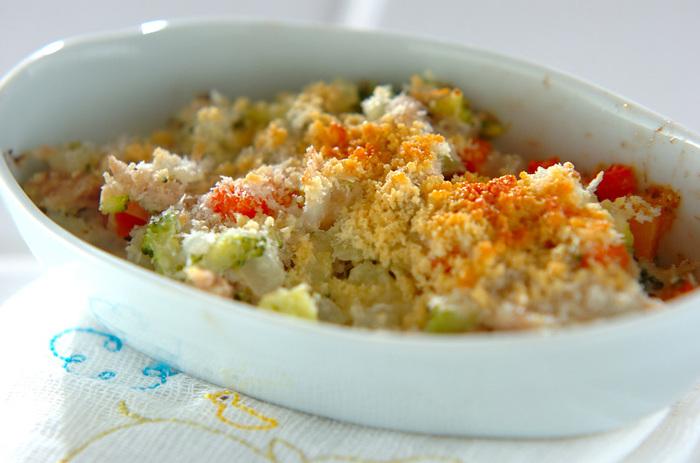たっぷりの野菜を細かく刻んで、パン粉とチーズを振りかけて焼くと、みんな大好きなお好み焼き風に。これなら野菜が苦手なお子さんでも食べてくれるかもしれませんね。