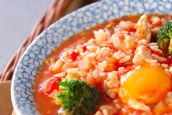洋風の味わいが楽しめるチキントマト雑炊。チキン、きのこ、お野菜などたくさん入っているのでボリュームもたっぷり。トマトの酸味も効いています。これ一品で大満足しそうですよね。