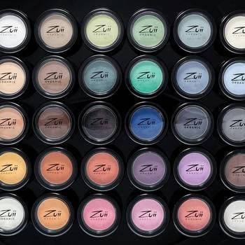 『Zuii Organic(ズイオーガニック)』のアイシャドウ『フローラ・アイシャドウ』のカラーバリエーションは、なんと30色もあります。オーガニックなのにびっくりするくらい発色が良く、色も付けたての状態を何時間も持続してくれると定評があります。